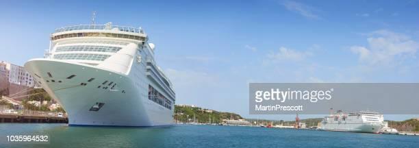 dos cruceros atracados en el puerto - islas baleares fotografías e imágenes de stock