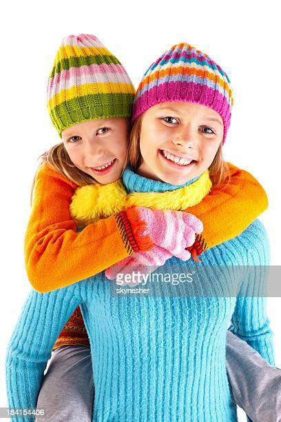 Deux jolies filles Soeur souriant et regardant la caméra.