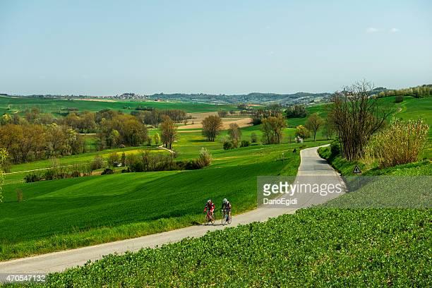 dois ciclistas que estão andando em monferrato na itália - piemonte - fotografias e filmes do acervo