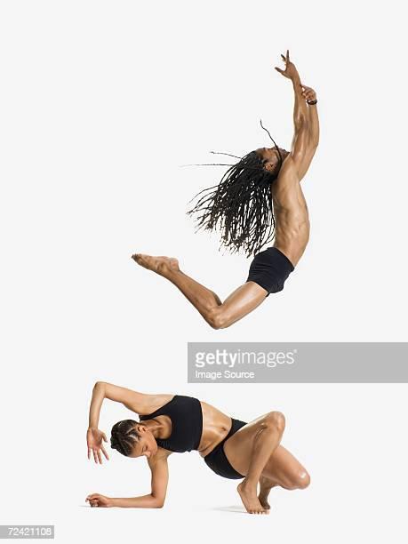 Dos bailarines realiza
