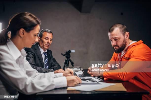 尋問室に2人の刑事と囚人 - 執行猶予 ストックフォトと画像