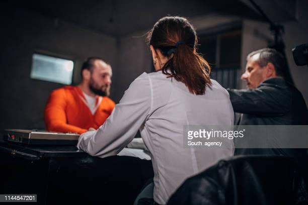 人の刑事が囚人に尋問する - 執行猶予 ストックフォトと画像