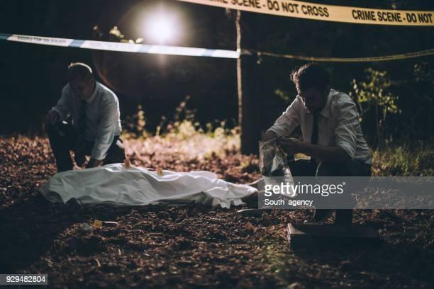 Deux détectives sur la scène du crime