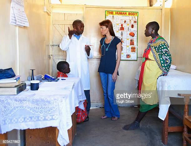 two doctors discussing patient in clinic, kenya - hugh sitton stock-fotos und bilder