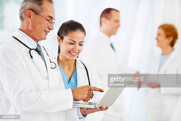 Zwei Ärzte, die auf dem laptop.