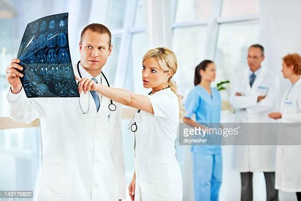 Zwei Ärzte, die Gehirn in MRI