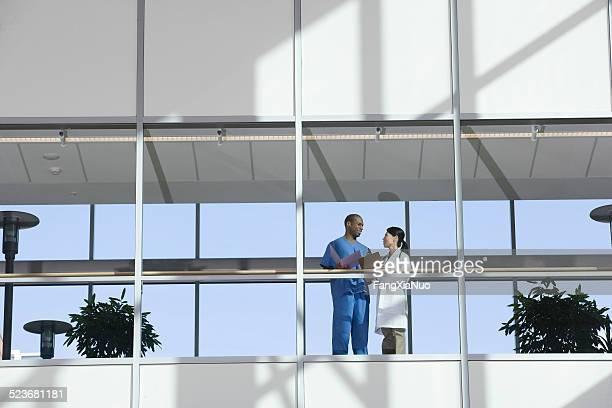 Deux médecins parlant dans le couloir