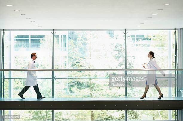 two doctors walking, on the move - établissement médical photos et images de collection
