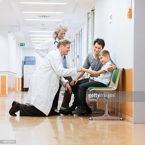 Dos médicos con Padre e hijo en el Hospital