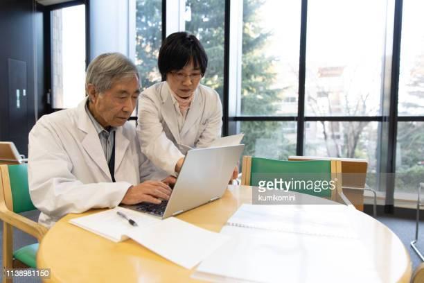 二人の医者が一緒に働く - 診療所 ストックフォトと画像