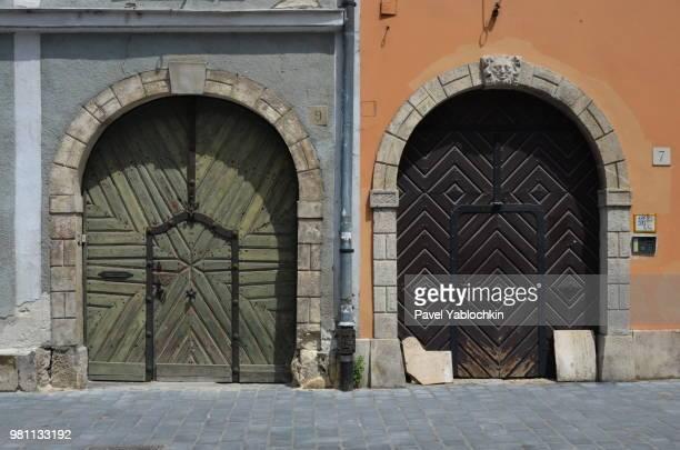 two door - bogen architektonisches detail stock-fotos und bilder