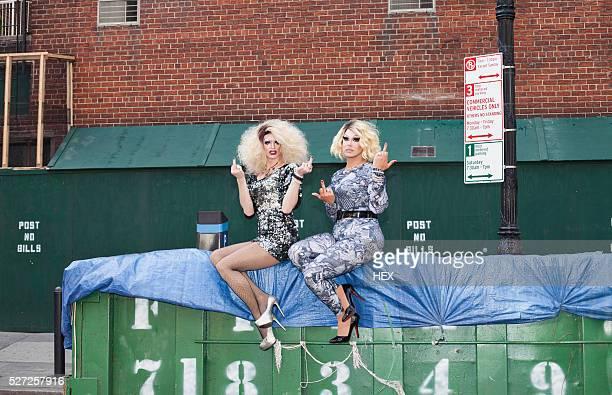two drag queens giving the finger - crossdresser photos et images de collection