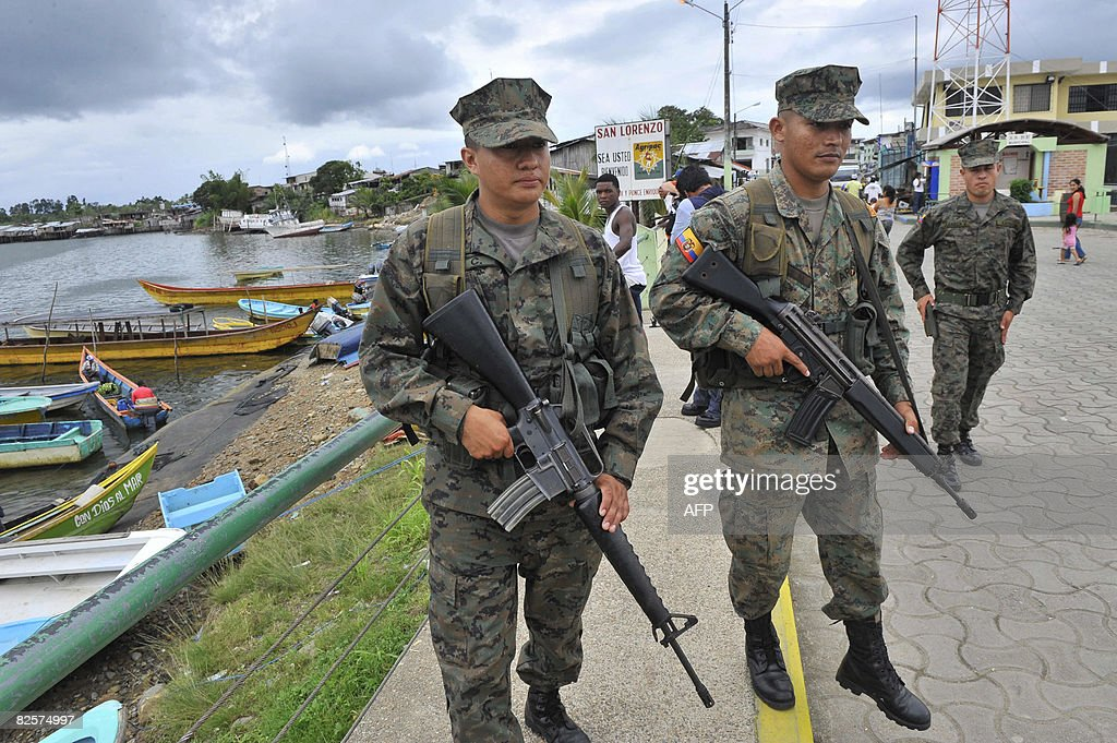 Two Ecuadorean soldiers patrol the river : News Photo