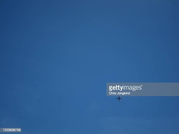 two engine passenger airplane against blue sky - airbus a320 stock pictures, royalty-free photos & images