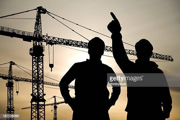 Dos ingenieros en un sitio de construcción