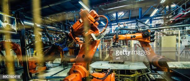 Zwei Ingenieure untersuchen Atuomated Roboterarme
