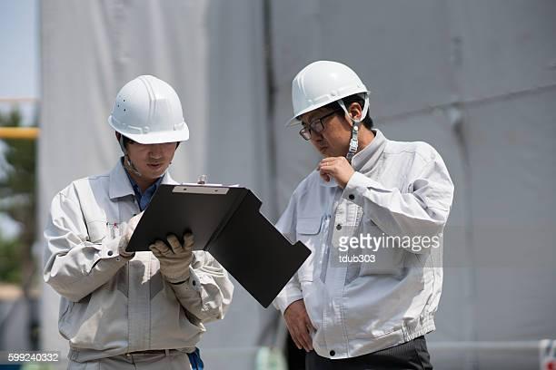 2 つのエンジニアーズを見ているペーパーズ建物内の一部