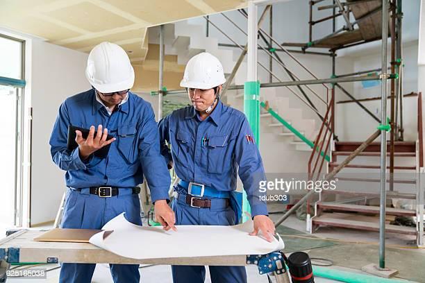 2 つのエンジニアや建築家や建設現場で建物検査員