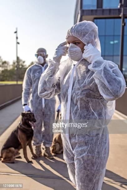 två viktiga säkerhetsarbetare bär en ansiktsmask under virusutbrott - epidemiologi bildbanksfoton och bilder