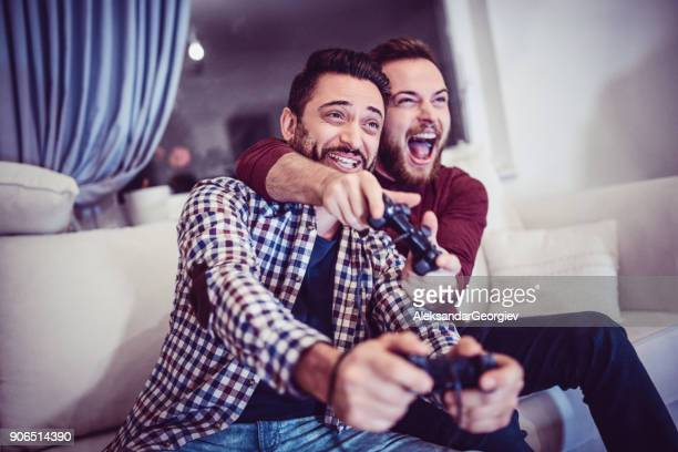 Zwei begeistert Freunde spielen von Videospielen
