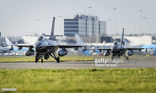 Two F16 fighter jets from the Dutch Air Force land during a drill in Amsterdam on January 26 2016 / AFP / ANP / Remko de Waal / Netherlands OUT