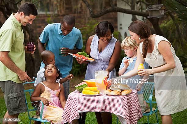 Dos familias cookout en patio