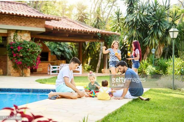dos familias disfrutando de vacaciones en un resort - chalet veraniego fotografías e imágenes de stock
