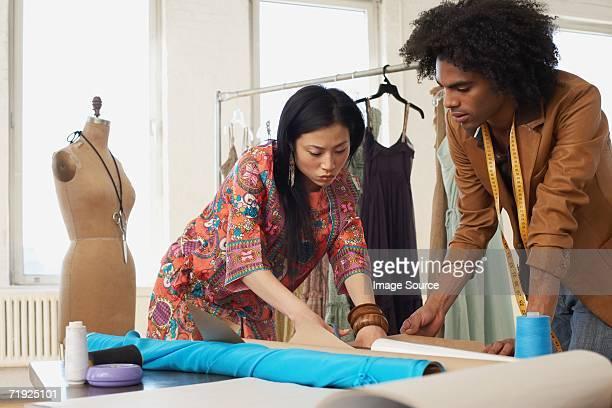 Zwei Mode-Designer arbeiten