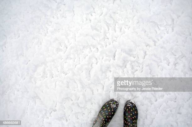 two feet walking on snow and ice - lunares fotografías e imágenes de stock