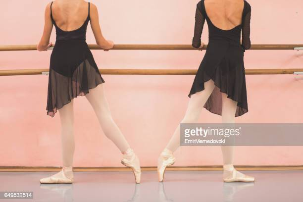 2 つの女性バレエ ダンサー チップ バレの横に曳航