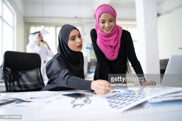 dos diseñadores mujer crear nuevos modelos - equidad de genero fotografías e imágenes de stock