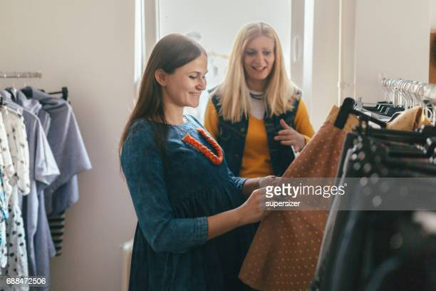 two female entrepreneurs - maternity wear stock pictures, royalty-free photos & images