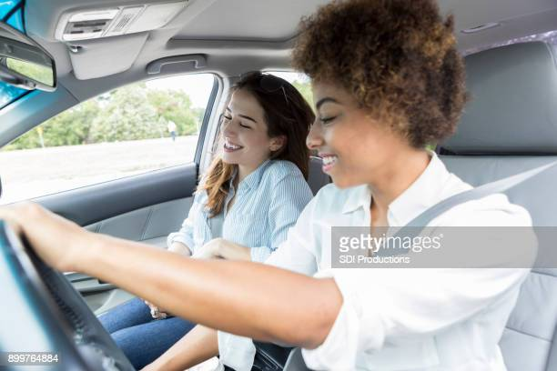 Twee vriendinnen luisteren naar de radio tijdens reis