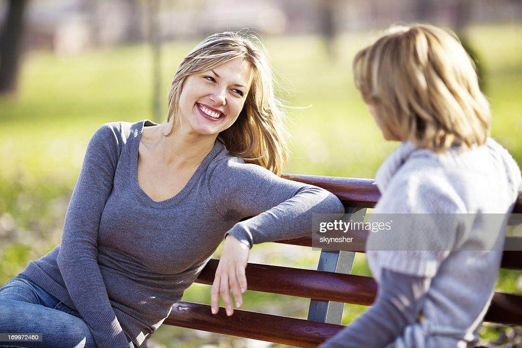 2 つの女性の友人との会話をお楽しみいただけます。 : ストックフォト