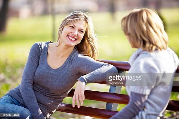 Deux amis de femme parlant dans un parc.