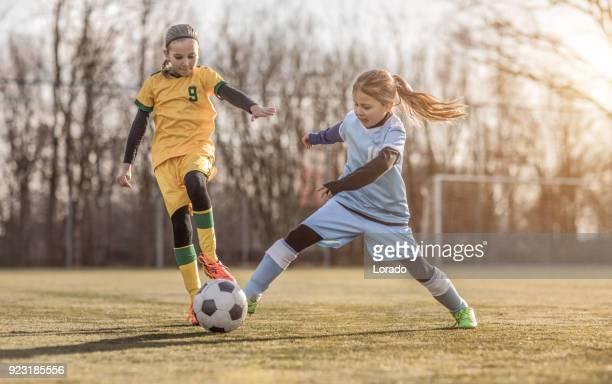 Zwei weibliche Mädchen-Fußballmannschaften spielen ein Fußballspiel training