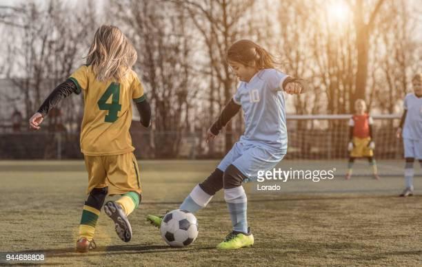2 女性の少女サッカー チームがサッカー トレーニング マッチをプレイ - トレーニングドリル ストックフォトと画像