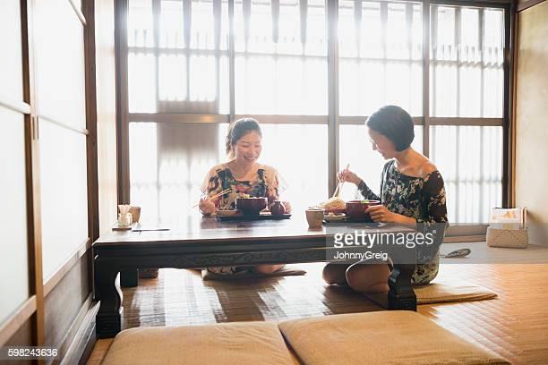 そば屋に座る日本人女性2人 - 蕎麦 ストックフォトと画像