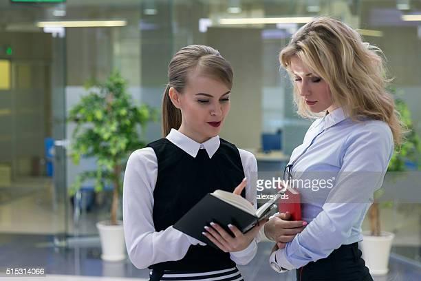 Zwei Frauen im Büro Arbeitnehmer über fragen