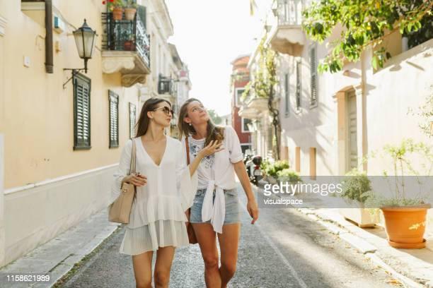 deux touristes russes féminins errant autour dans la vieille ville d'athènes - athènes photos et images de collection