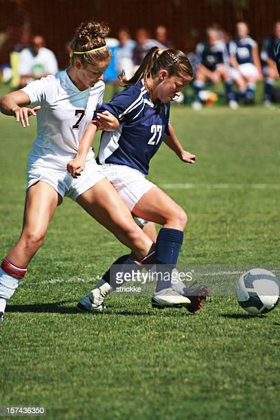 Deux joueurs de football de femme bras et le pied de Tangle