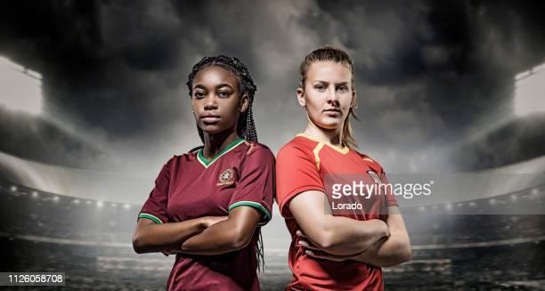 dos jugadores de fútbol femenino - capitán del equipo fotografías e imágenes de stock