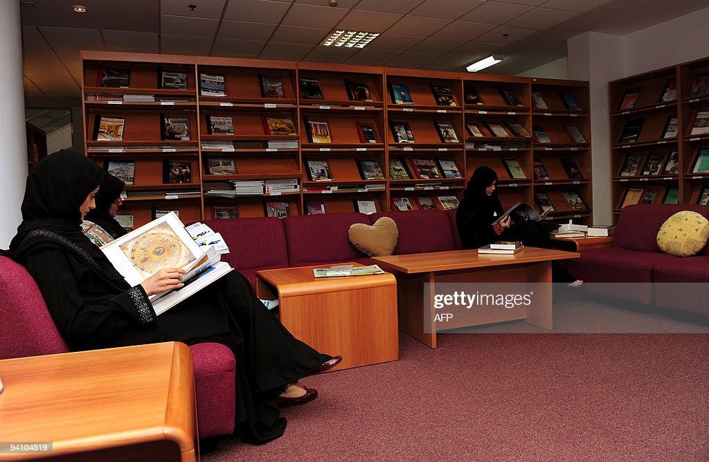 Two female students read books at the Da : News Photo