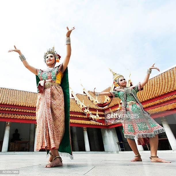 two female thai dancers in traditional costume - hugh sitton stock-fotos und bilder