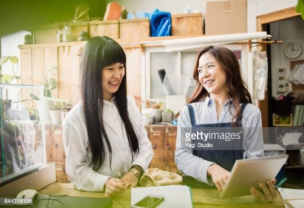 2 人の女性労働者緑店で働いて。
