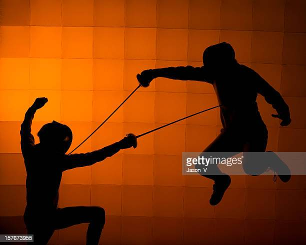 dois fencers silhueta - esgrima esporte de combate - fotografias e filmes do acervo