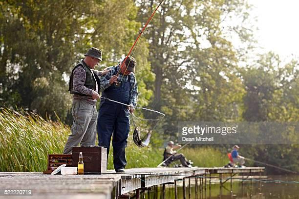 Zwei Fischer am dock Angeln