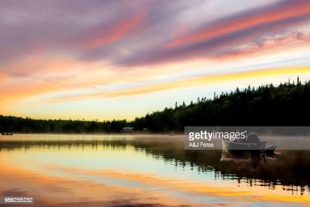 dos pescadores en el lago - lago fotografías e imágenes de stock