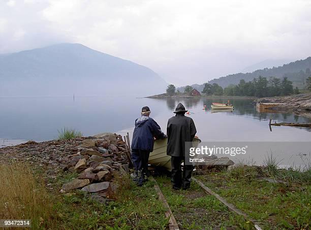 Zwei Fischer Start in den Morgen von norwegischer fiord.