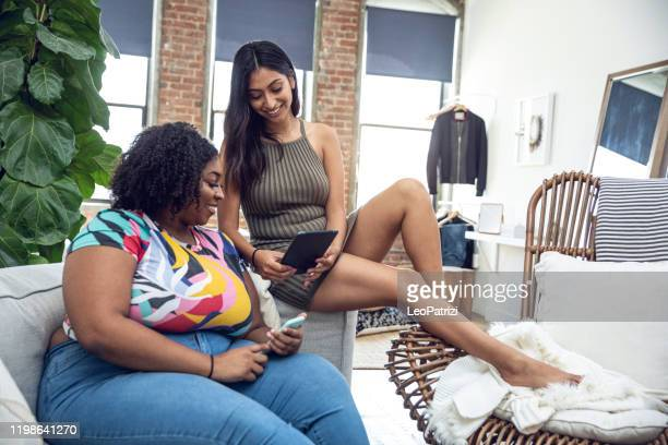 twee vrienden thuis genieten van hun tijd samen - afro amerikaanse etniciteit stockfoto's en -beelden